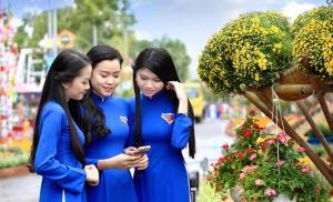 Áo dài thanh niên khoe dáng đường hoa Thanh niên Bình Định