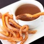 Churros con chocolate caliente al estilo español