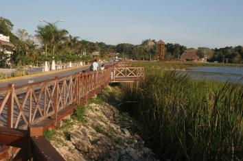 Cobán raunioalueelle johtava tie kulkee aivan järven rannassa.