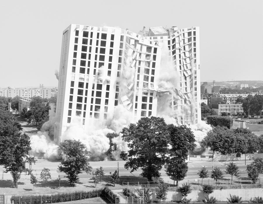 """Mantes-la-jolie, 1er juillet 2001. Série """"Implosions"""", 2001-2008. Courtesy de l'artiste © Mathieu Pernot."""