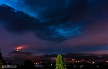 Juni 2016 .:. Feuchte Luft und tiefe Wolken lassen die Burgruine brennen