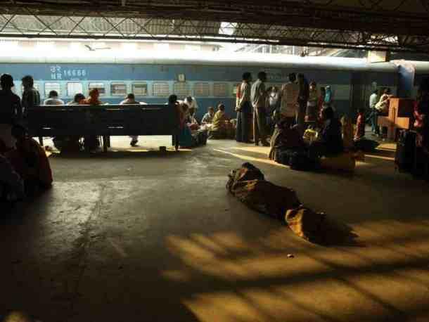Rajastan - Jaipur, beggers on the train station. Varanasi. maninio.com #Rajastanjaipur #Agradelhi