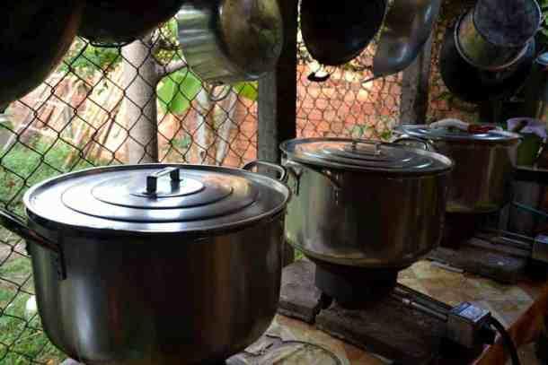 Food preparation for poor kids - #volunteerinasia #volunteerincambodia maninio.com