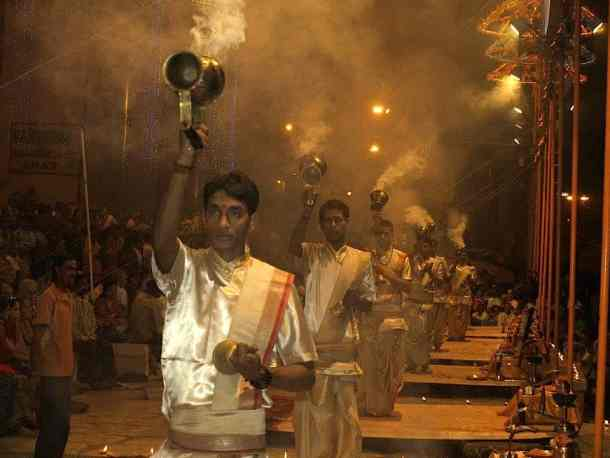 Aarti ceremony in the Varanasi - India, best things to do. maninio.com