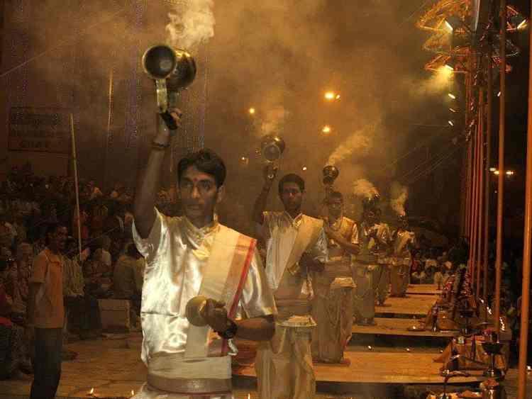 Βαρανάσι (Ινδία):. Νυκτερινή τελετή προσευχής. maninio.com