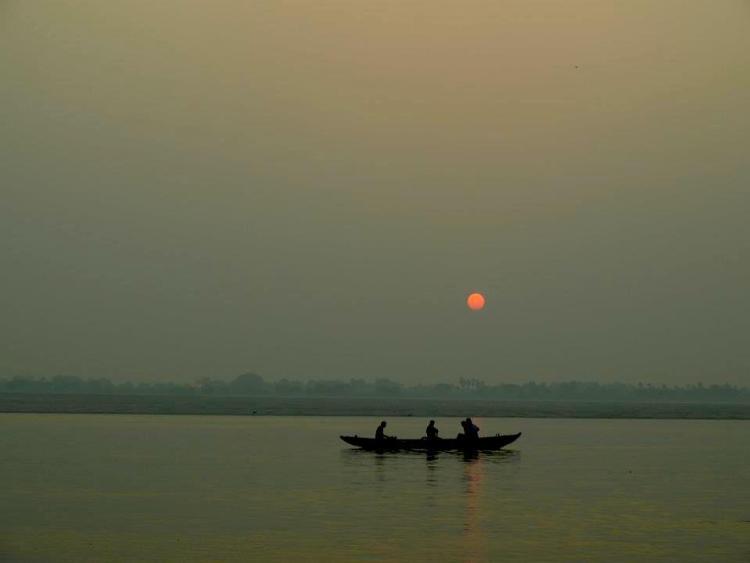 varanasi - maninio - sunrise - india - hindus - travel - ganges - river - holy