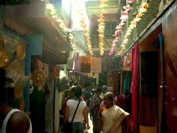 Varanasi in india, best things to do, street markets. maninio.com