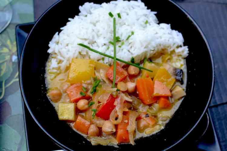 Rice with curry sauce. Vegetarian & Vegan food at Roots, Thessaloniki. maninio.com #veganfoodingreece #greekvegan