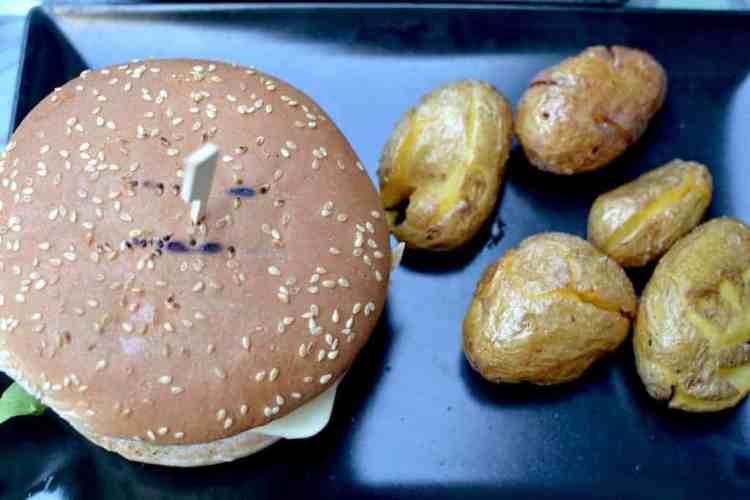 Burger with potaotes at Roots, Thessaloniki. maninio.com #veganfoodingreece #greekvegan
