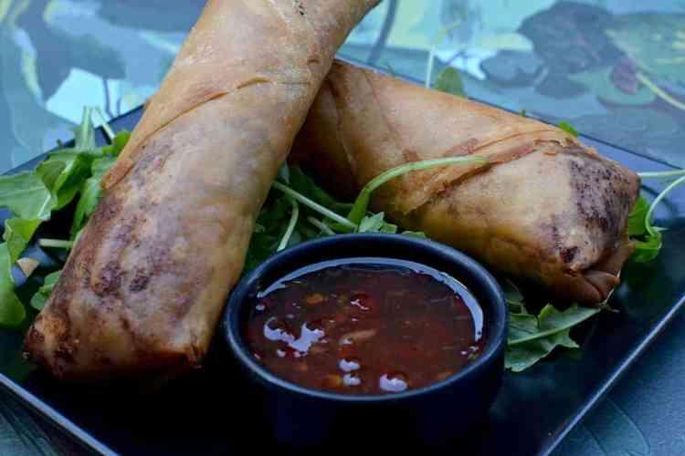 Χορτοφαγική & Βίγκαν Κουζίνα - Spring rolls λαχανικά με σώς στο Roots, Θεσσαλονίκη. maninio.com