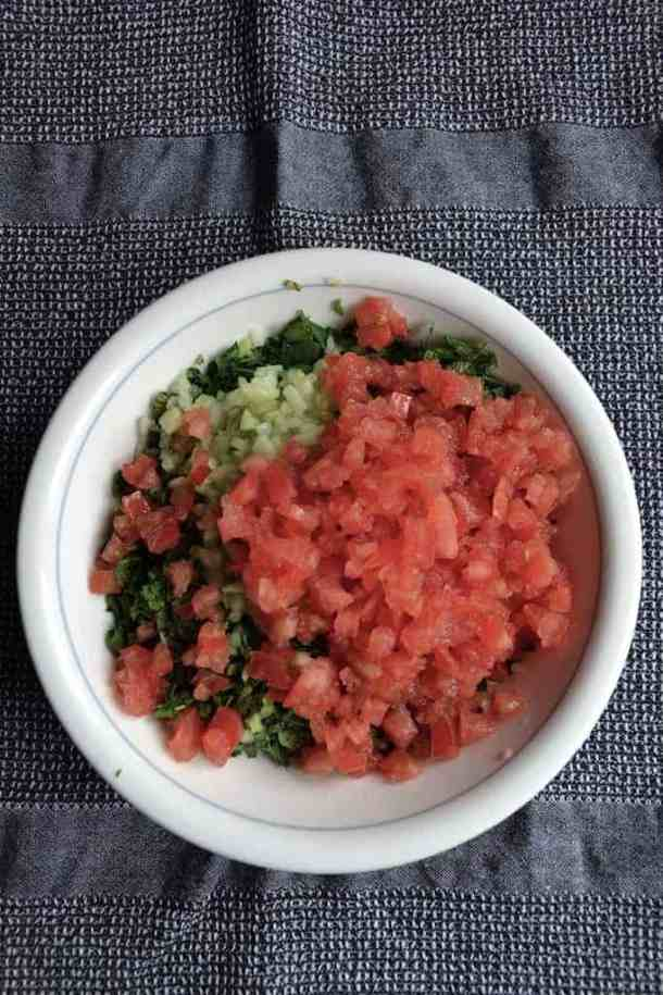Mix the ingredients for the Traditional Lebanese Tabbouleh, Vegan. maninio.com #arabictabouleh #lebanesetabouleh
