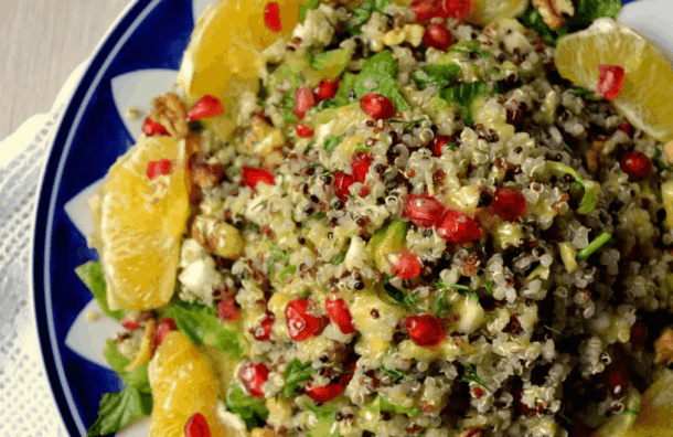 20+ Vegan Προτάσεις φαγητού για Χριστούγεννα και Πρωτοχρονιά. Γιορτινή σαλάτα με κινόα, πορτοκάλι, ρόδι κ καρύδια. maninio.com