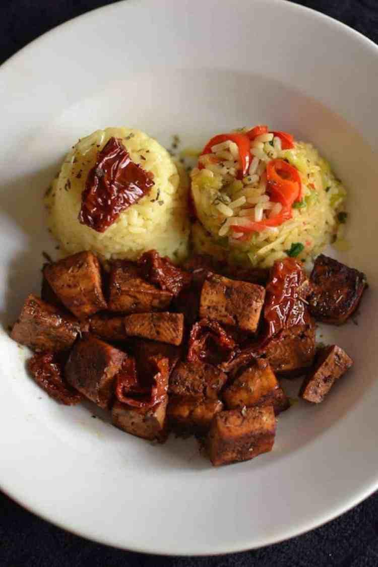 Ψημένο τόφου με ρύζι λαχανικών και βασιλικό. maninio.com