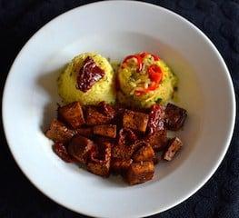 Ψημένο τόφου με ρύζι λαχανικών και λιαστές ντομάτες. maninio.com