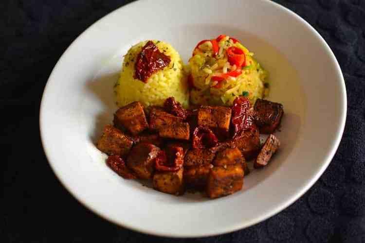 Σερβίρισμα. Ψημένο τόφου με ρύζι λαχανικών και βασιλικό. maninio.com