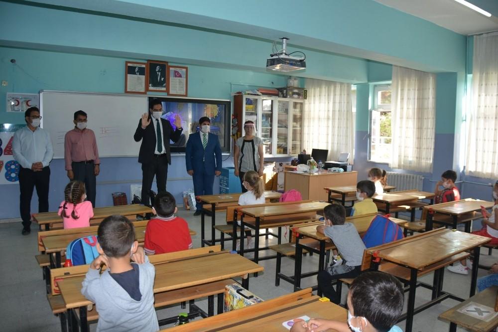 Selendi Kaymakamı okulları ziyaret etti