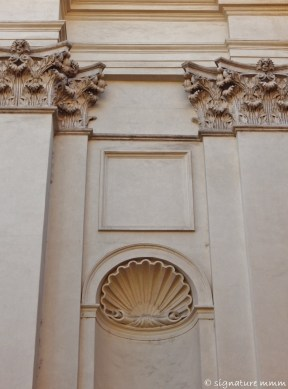 An early collagist thought to flick a shell up on the façade.