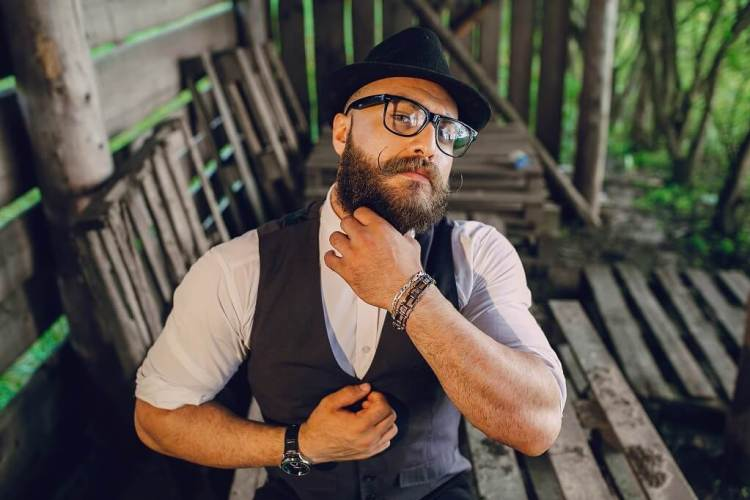 Maintain a healthy beard free of split ends and beard dandruff. Moisturise and soften on daily basis and your beard will love it