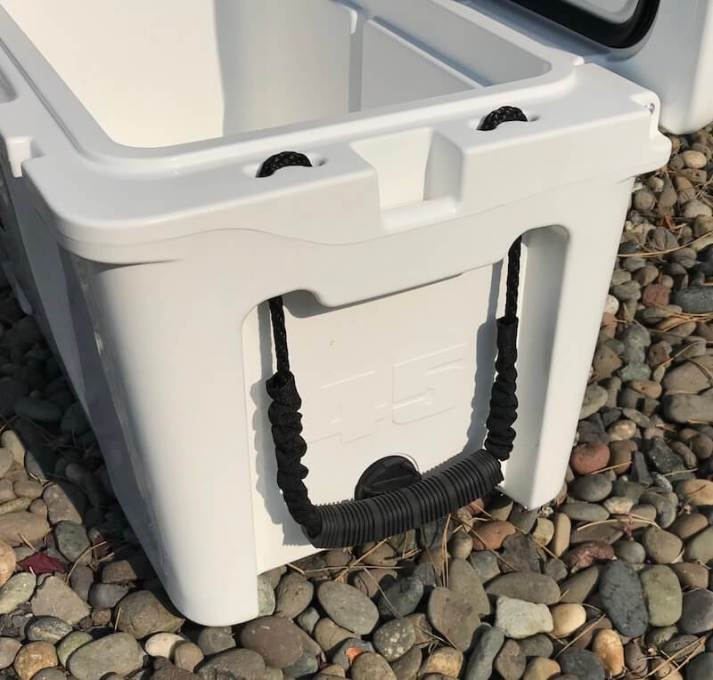 This photo shows the side of the Grizzly Kenai 45 cooler.