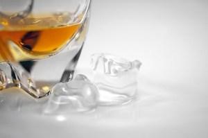 Whiskyglas mit Eis