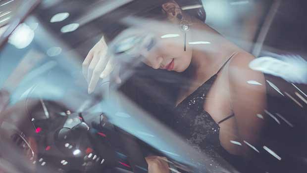 Hübsche Frau sitzt im Auto