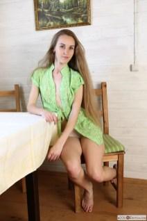 Larissa Verdure, knappe brunette met kleine borsten gaat naakt