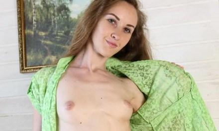 Larissa Verdure, lekkere brunette met lang haar en kleine borsten