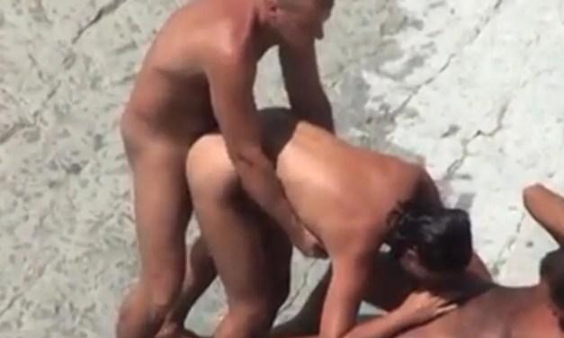 Knappe echtgenote delen op het strand met een andere man