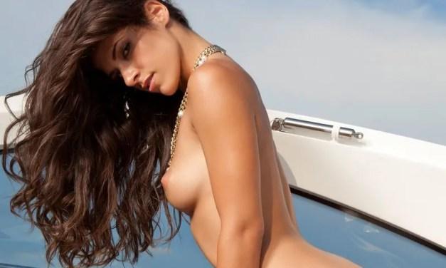 Gigi, knappe brunette, naakt op een speedboot