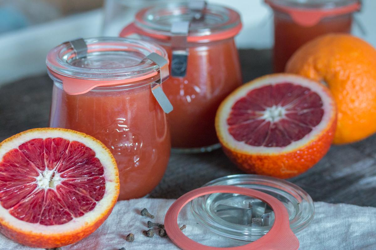 Fructosearme Marmelade aus Blutorangen mit Zimtblüten