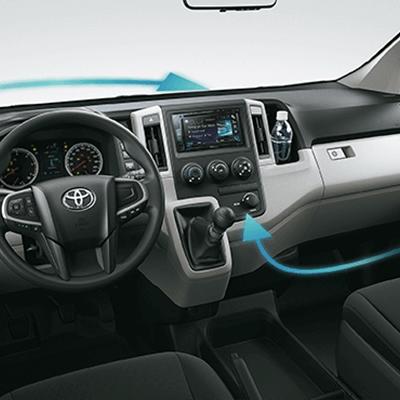 Práctico panel de instrumentos.   La cabina ofrece una sensación de apertura y los controles están ubicados estratégicamente alrededor del asiento del conductor para que pueda acceder a ellos fácilmente.