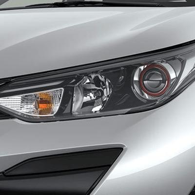 Faros Delanteros.   Sus faros halógenos, alargados en los extremos, refuerzan la sensación de amplitud y estabilidad del Yaris Hatchback, con una mirada deportiva.