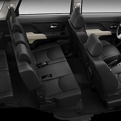 TRES FILAS DE ASIENTOS   La Toyota Rush tiene 3 filas de asientos para que 7 pasajeros viajen cómodamente. Los asientos también se pueden acomodar fácilmente en diversas posiciones.