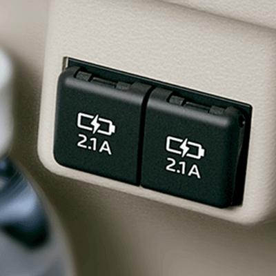 Múltiples cargadores USB.   Los pasajeros podrán cargar sus dispositivos móviles durante el viaje gracias a los 6 puertos con entrada USB de carga rápida ubicados en la zona posterior (disponible según versión)
