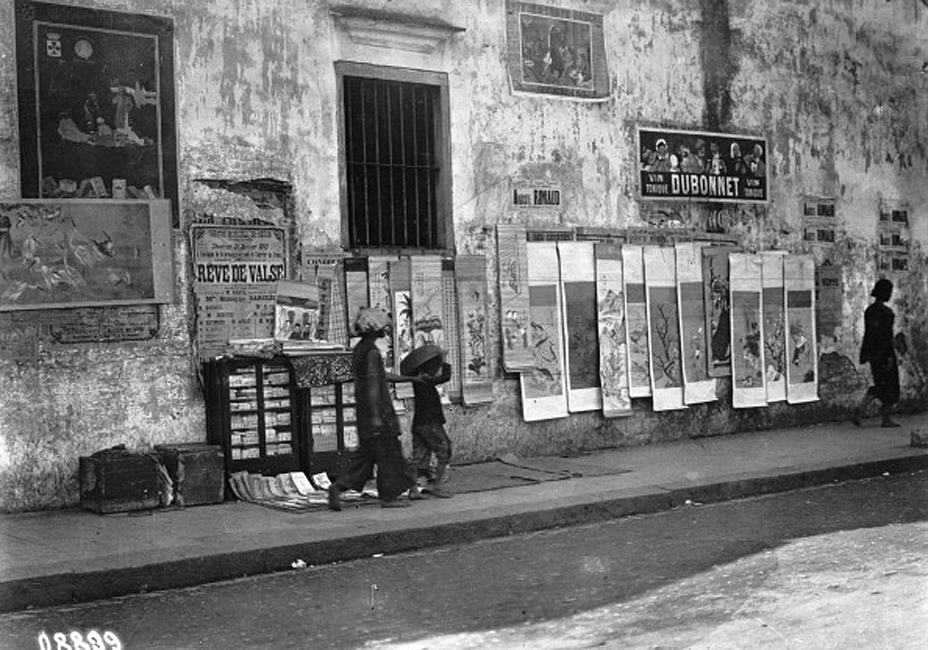 SAIGON 1910s - Bán tranh Tết Saigon, French Indochina. Sale of wishes for the New Year in the streets - probably in the 1910s (Photo by Haeckel collection/ullstein bild via Getty Images)
