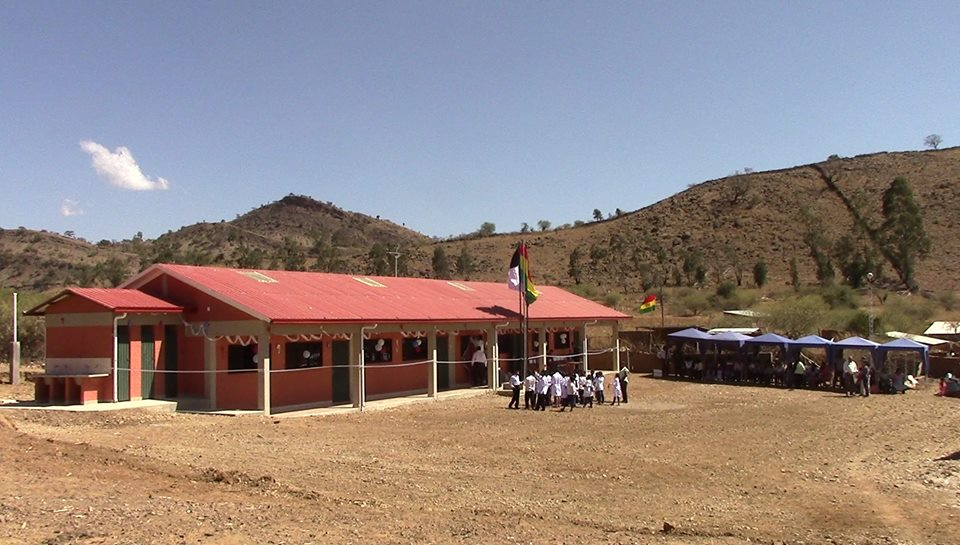 The community gathering to dedicate Mano a Mano's school in Comun Pampa on August 15, 2016.