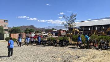 Mano a Mano staff and volunteers loading medical supplies and equipment at our Cochabamba warehouse for transport to Oruro, June 2021.