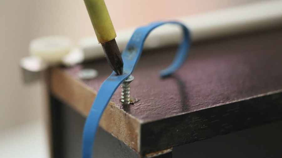 remove a stripped screw using rubber band