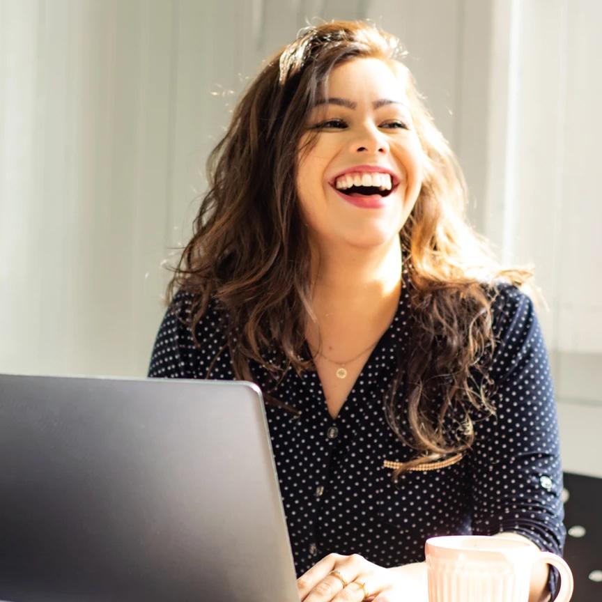 Tu n'es pas assez visible, ta communication n'est pas efficace, tu ne sais pas comment attirer des clientes et présenter ton travail en exprimant ta personnalité