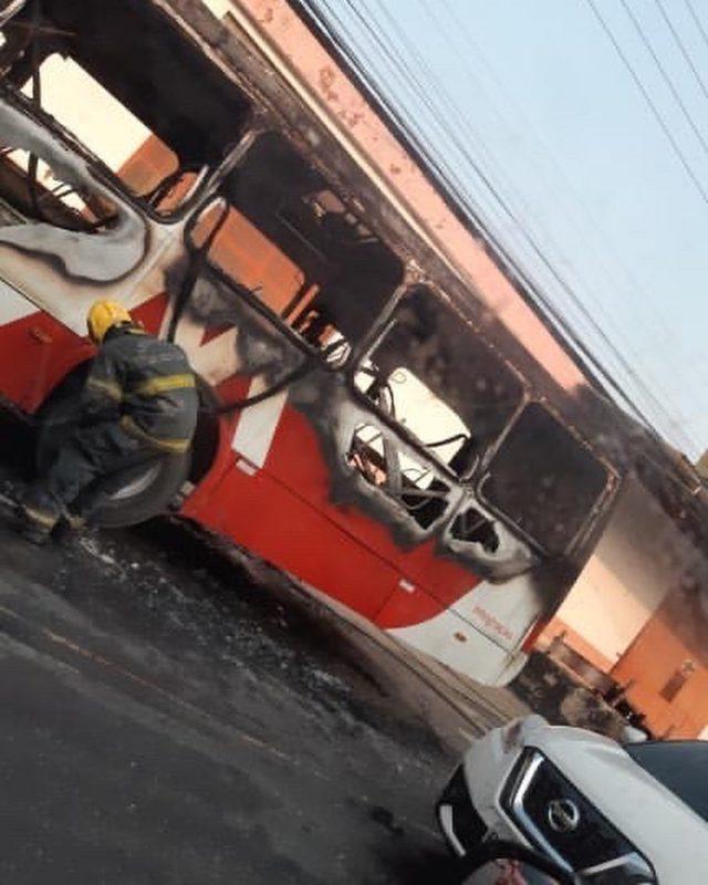 Ônibus pega fogo no meio da rua em Manaus