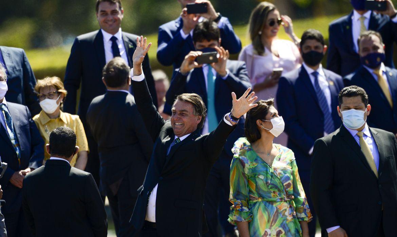 Presidente Bolsonaro cumprimenta populares em solenidade de 7 de Setembro