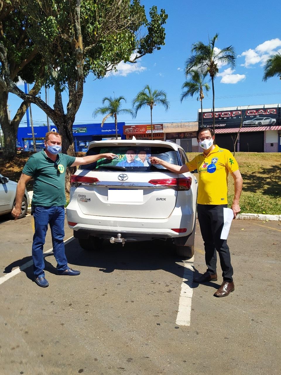 Valeriano e Marlon Morais abrem com adesivaço o primeiro dia de campanha