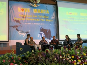 Senior MMAF officials and manta experts discuss manta protection with Riyanni Djangkaru