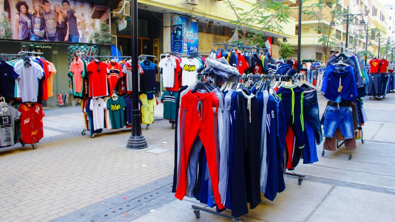 ملابس معروضة بقلب شارع الشواربي- تصوير: صديق البخشونجي