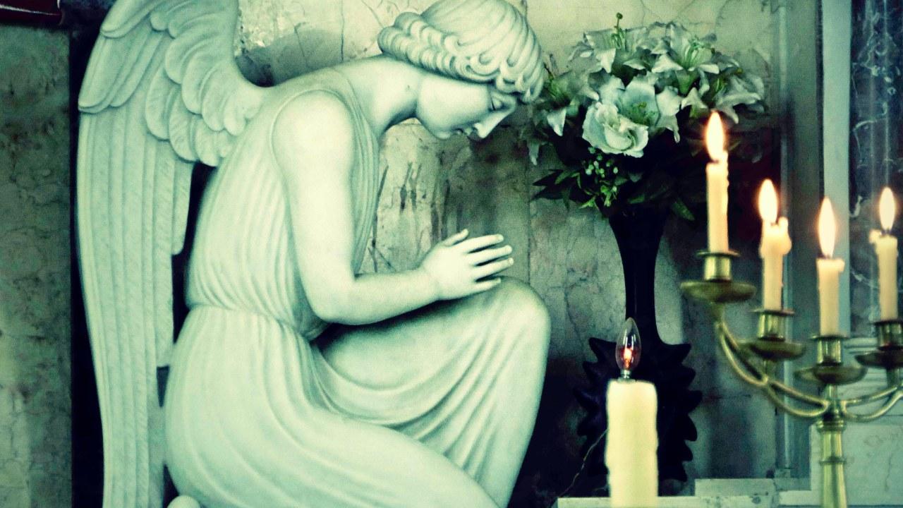 فى كنيسة قلب يسوع بوسط البلد ينحني هذا الملاك الرخامى فى خشوع أمام المذبح، معطيا مثلا أعلى للمؤمنين كى يقتدوا به في سكونه وتقديره لوقت الصلاة.