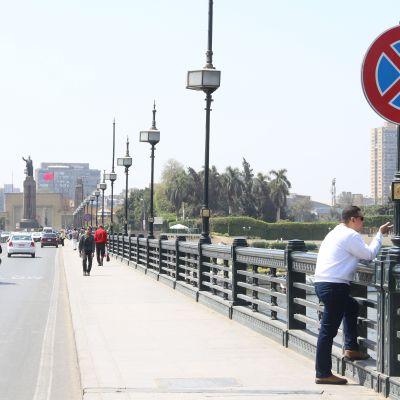 لافتات مرورية على كوبري قصر النيل - تصوير: صديق البخشونجي