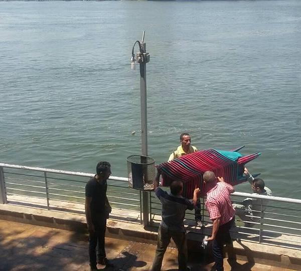 إخفاء كراسي المقاهي أسفل مياه النيل (1)