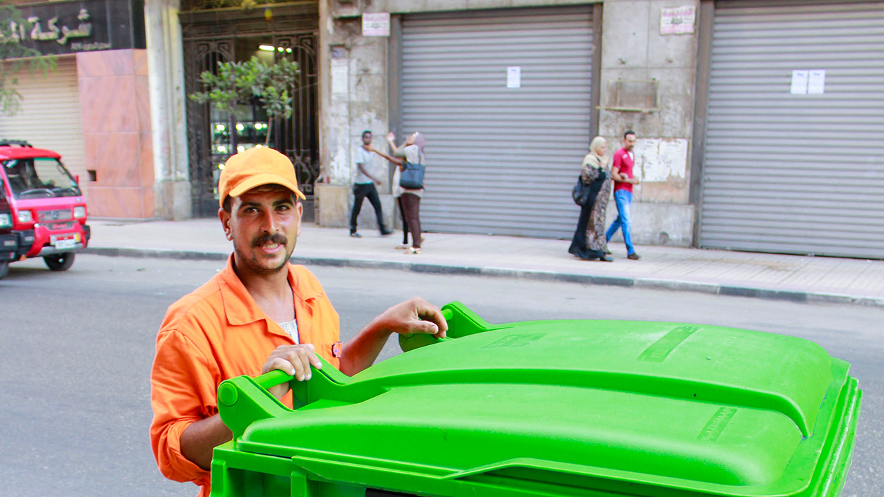 صورة لأحد عمال النظافة في وسط البلد، يونيو 2016 - تصوير صديق البخشونجي