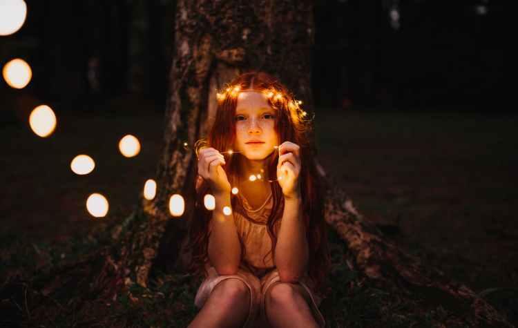 girl holding string lights WWW.mantowf.com