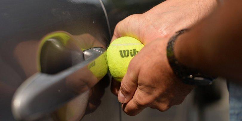 Como abrir un carro sin llave. Con una pelota de tenis.